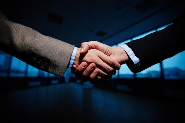 Apretón de manos entre hombres de negocios