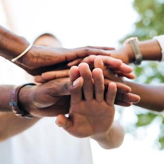 Apretón de manos intercultural al aire libre