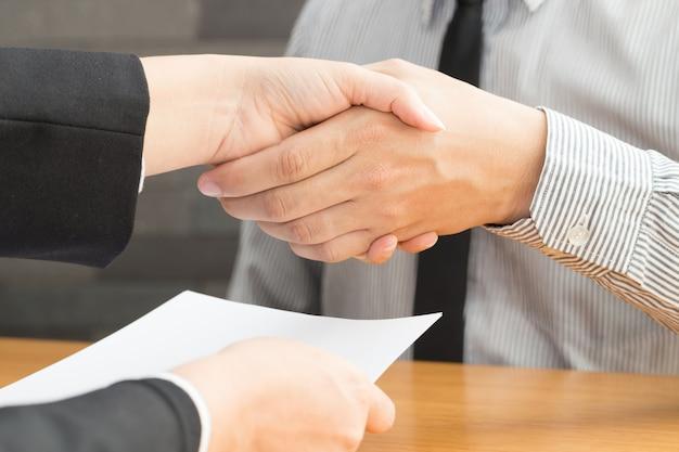 Apretón de manos de negocios acordó trabajar, concepto de entrevista de trabajo