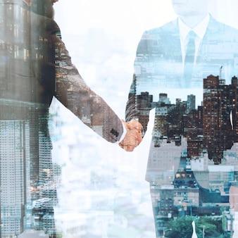Apretón de manos de negocios corporativos entre socios comerciales