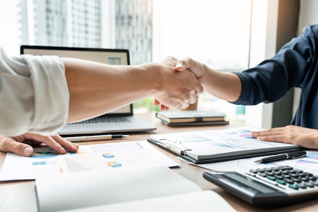 Apretón de manos de negocios después de la reunión de acuerdo o negociación