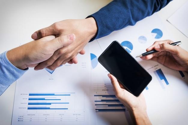 Apretón de manos de negocios de dos hombres que demuestran su acuerdo para firmar el acuerdo o contrato entre sus empresas, empresas, empresas