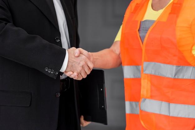 Apretón de manos de negocios de primer plano