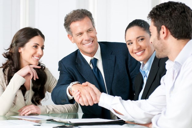 Apretón de manos de negocios para sellar un trato