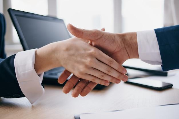 Un apretón de manos oficina negocio de trabajo de trato exitoso