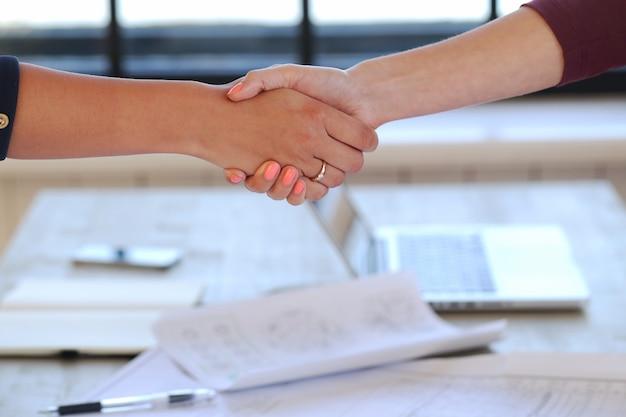 Apretón de manos en una oficina
