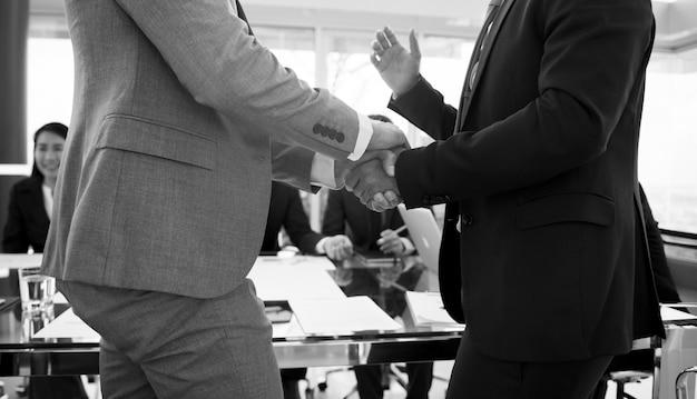 Apretón de manos de personas de negocios corporativos