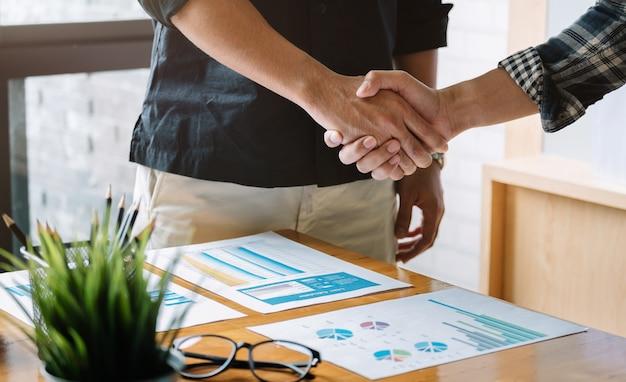 Apretón de manos de personas de negocios para el trabajo en equipo de fusión y adquisición de negocios.