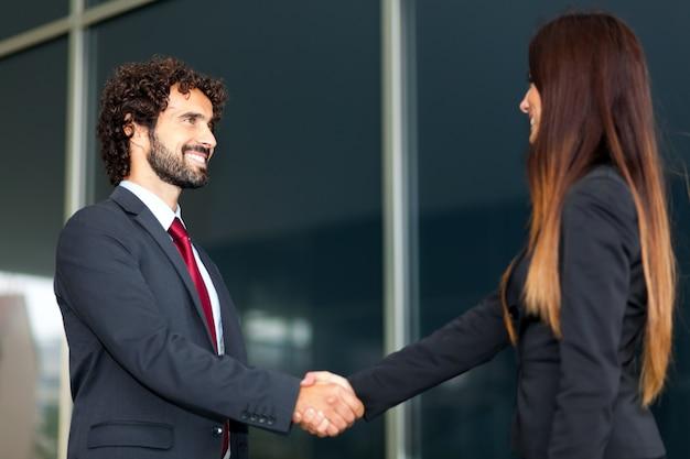 Apretón de manos de personas de negocios