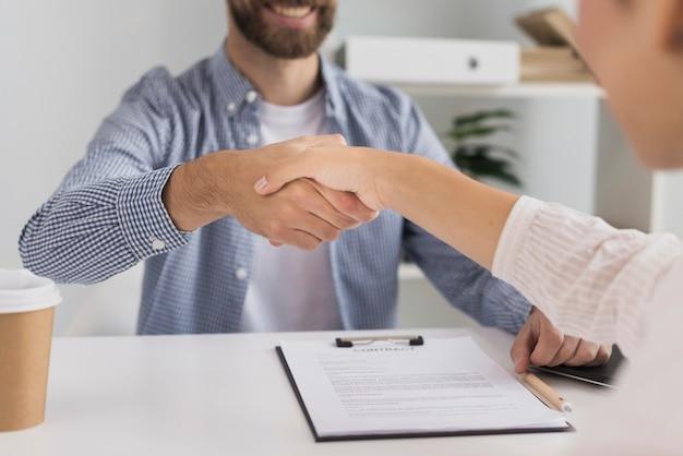 Apretón de manos de reunión de negocios de primer plano