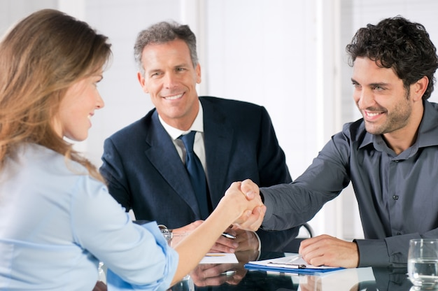 Apretón de manos para sellar un trato después de una reunión de contratación laboral