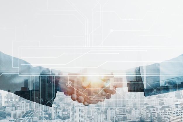 Apretón de manos de socios comerciales corporativos globales con concepto de tecnología
