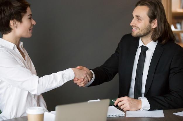 Apretón de manos de socios comerciales después de cerrar exitoso trato