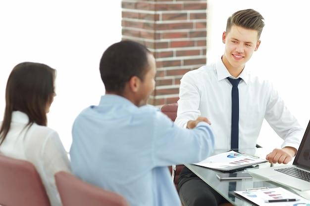 Apretón de manos de socios comerciales después de la discusión del contrato.concepto de éxito en los negocios