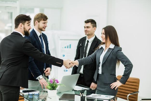Apretón de manos de los socios comerciales después de firmar el contrato