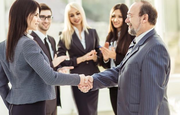 Apretón de manos de los socios comerciales después de firmar el contrato.