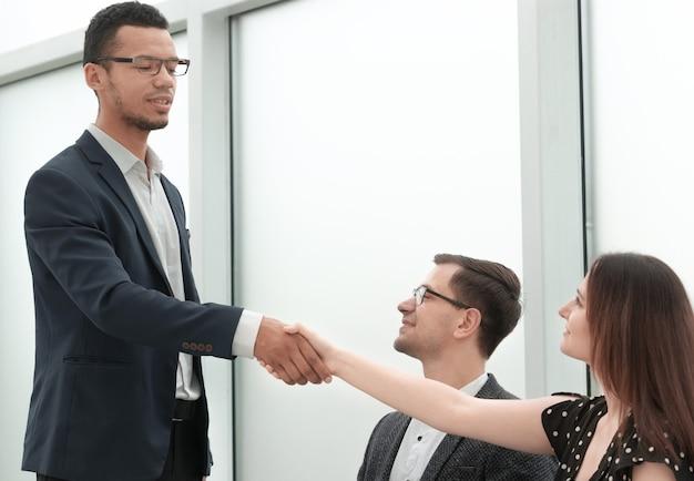 Apretón de manos de socios comerciales después de una transacción exitosa. concepto de cooperación