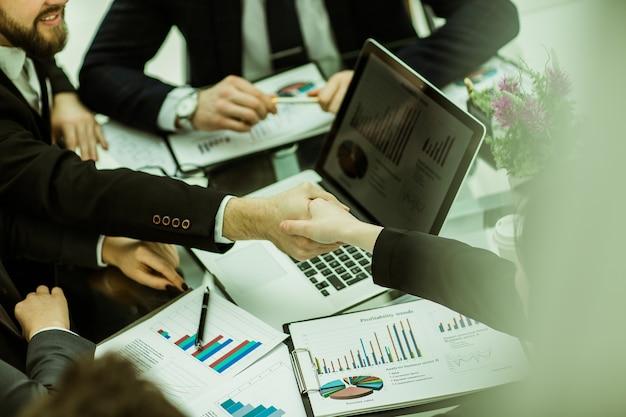 Apretón de manos de socios comerciales en el fondo de la financia