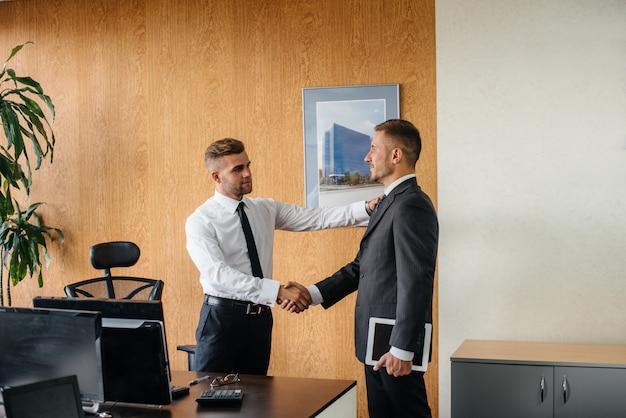 Apretón de manos de los socios, finalización de la transacción en la oficina. negocio