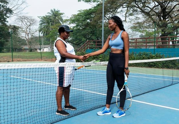 Apretón de manos entre tenistas