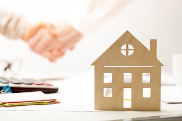 Apretón de manos una transacción exitosa de bienes raíces en una oficina.