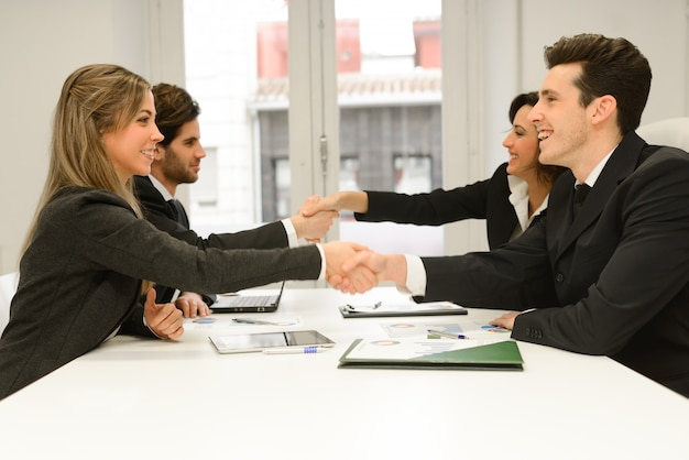 Apretones de manos en una reunión en la oficina