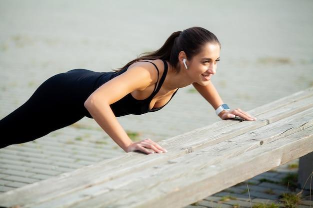 Aptitud. hermosa joven con músculos perfectos. ella entrena los músculos de la espalda. concepto- poder belleza dieta deporte