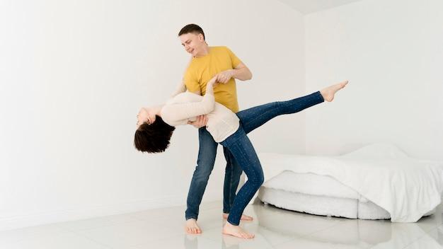 Apuesta arriesgada de encantadora pareja divirtiéndose
