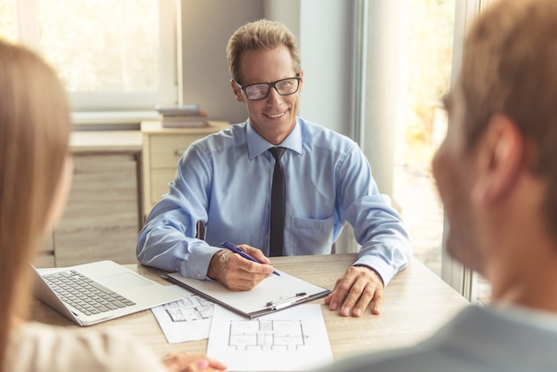 Apuesto agente de bienes raíces de mediana edad en anteojos.