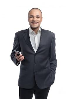 Apuesto empresario afro usando su retrato de teléfono inteligente