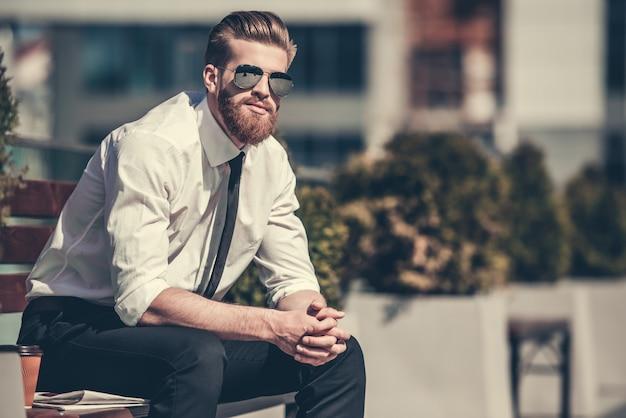 Apuesto empresario barbudo en camisa clásica.