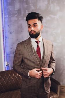 Apuesto empresario barbudo en traje clásico