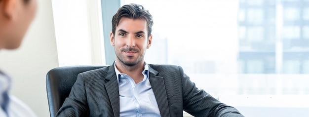 Apuesto empresario hispano como jefe en la oficina