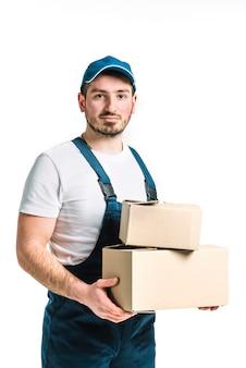 Apuesto hombre de entrega con cajas