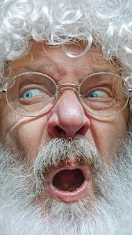 Apuesto hombre mayor escéptico y nervioso, frunciendo el ceño molesto por un problema.