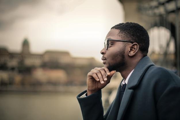 Apuesto hombre de negocios afro