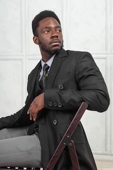 Apuesto hombre de negocios con estilo elegante