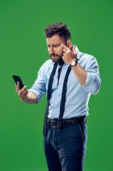 Apuesto hombre de negocios con teléfono móvil.