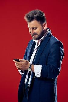 Apuesto hombre de negocios con teléfono móvil