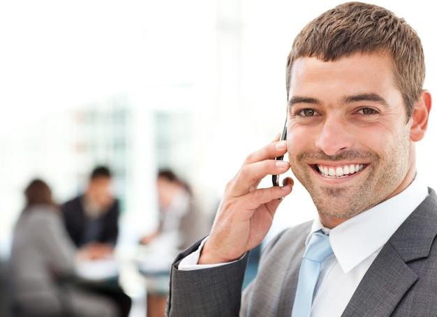 Apuesto hombre de negocios en el teléfono en primer plano
