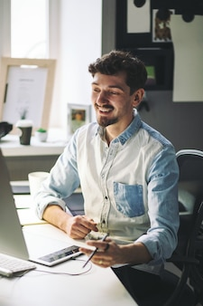 Apuesto hombre de negocios trabajando en oficina
