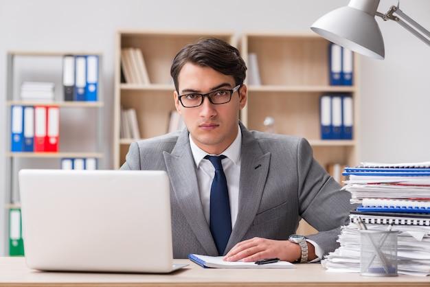 Apuesto hombre de negocios trabajando en la oficina