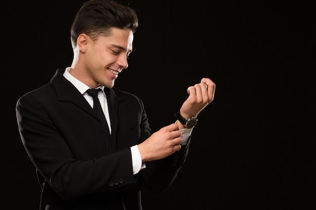 Apuesto hombre de negocios en un traje elegante