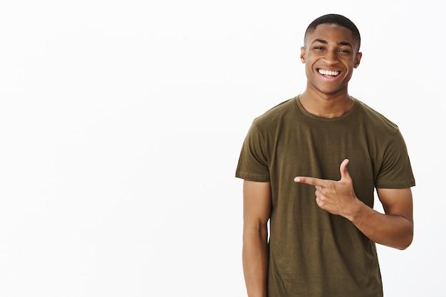 Apuesto joven afroamericano con camiseta caqui