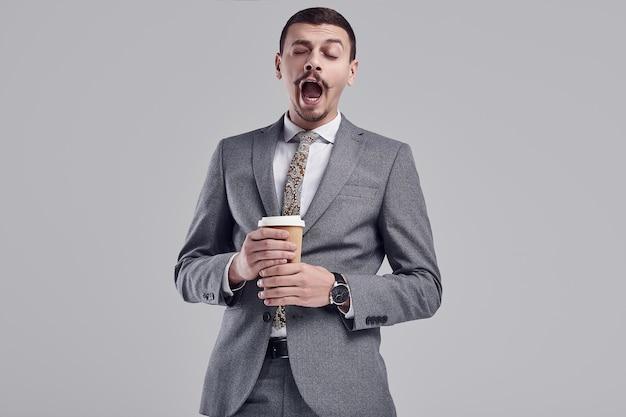 Apuesto joven empresario árabe con bigote en traje gris de moda