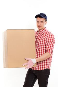 Apuesto joven mensajero con caja marrón
