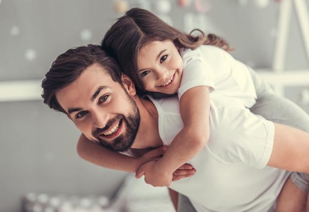 Apuesto joven papá y su pequeña hija linda.