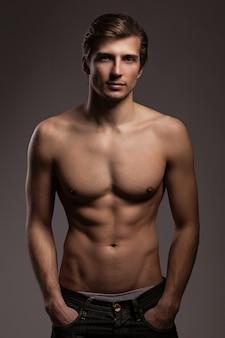 Apuesto joven con el torso desnudo