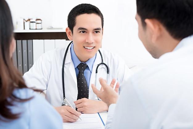 Apuesto médico con una pareja