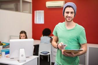 Apuesto mensaje de texto de negocios informal en la oficina